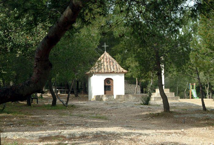 Ermita del Peiró, construïda al s. XVIII, d'arquitectura senzilla i acollidora. L'ermita compta amb una àrea d'esbarjo que, integrada en el pinar del Peiró, ofereix una zona de pícnic. - Ermita del Peiró, construida en el s. XVIII, de arquitectura sencilla y acogedora. La ermita cuenta con un área de recreo que, integrada en el pinar del Peiró, ofrece una zona de picnic. (Mont-roig del Camp)