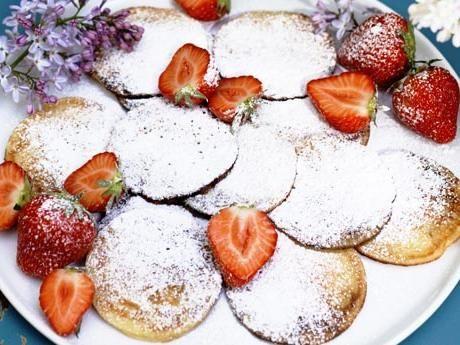 Poffertjes – holländska minipannkakor – med jordgubbar och grädde