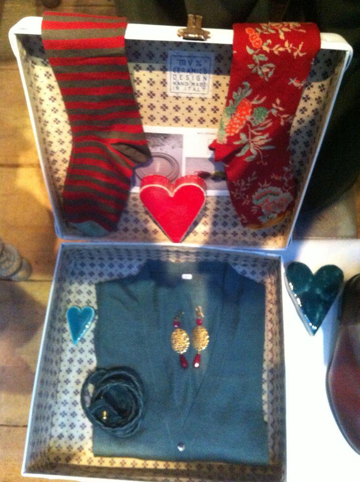 valigia vintage,calzini bonnemaison, cardigan cachemire salvia, cintura intrecciata