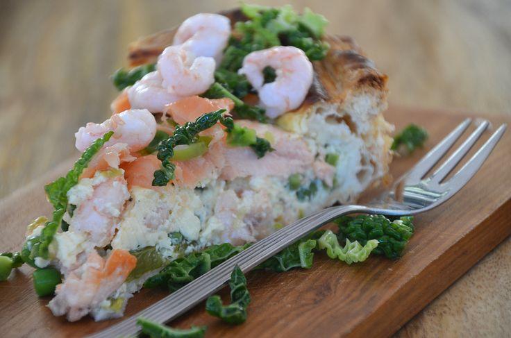Tærte med rejer, asparges og laks. Ser virkelig lækkert ud, skal helt sikkert prøves af. (Pie with shrimps, aspargus and salmon).