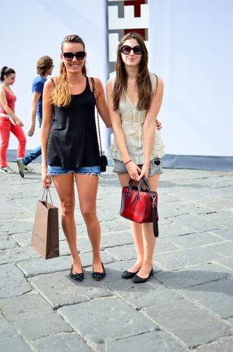 Claudia (links im Bild)  Shirt: Zara, Shorts, Ballerinas, Sonnenbrille: Flavio Castellani, Tasche: Chanel.  Sofia (rechts im Bild):  Shirt: Gotha, Shorts: Zara, Tasche: Vintage, Schuhe, Sonnenbrille: Flavio Castellani