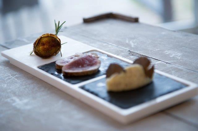 """LE CREAZIONI DELLO CHEF: TATAKI E FIKI  Lo #chef#StefanoCiotti# ha ideato per Infinito una combinazioni di sapori che ha chiamato """"Tataki e Fiki"""". Filetto di Cinta Senese con la tecnica di cottura giapponese """"tataki"""", fichi bianchi canditi porchettati dell'azienda Agrimontana e purè di patate con tartufo. Abbiamo servito il tutto nel piatto TeGustoM. Come un pittore...anche lo chef disegna i suoi paesaggi, vivendoli e assaporandoli."""