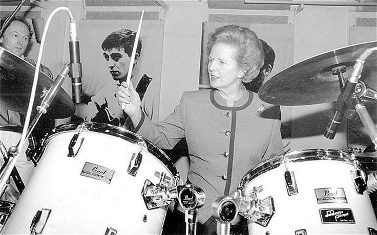 Margaret Thatcher (1925 - 2013)  アビー・ロード・スタジオでドラムを叩くマーガレット・サッチャー、1990年
