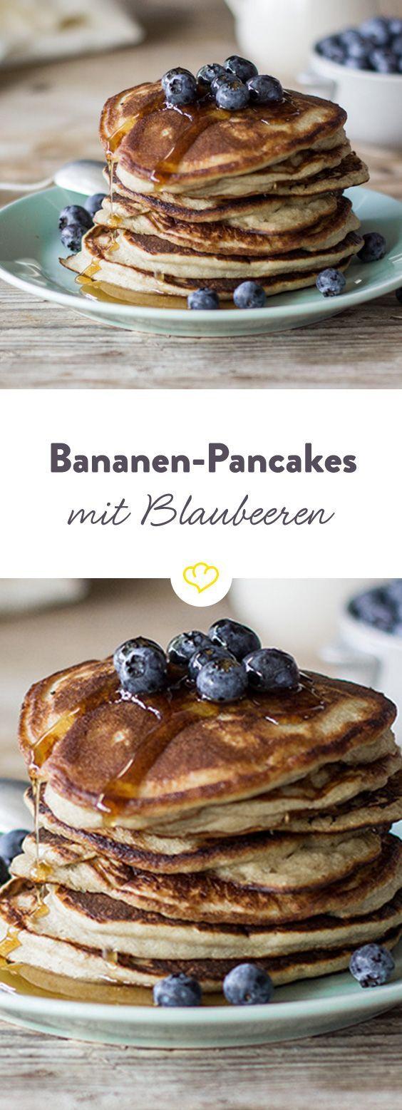 Hier kommt nur Kokosmehl, kein Weizenmehl in den Teig. Und Bananen für sie Süße. So gut, da kannst du dir die Pancakes den ganzen Tag über schmecken lassen.