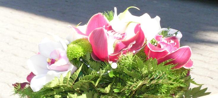 Menyasszonyi csokor orchideával kombinálva