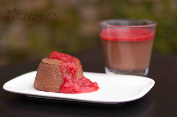 Panna cotta o panacota de chocolate con mermelada de ruibarbo y fresas