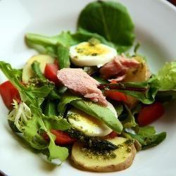 Овощной салат с консервированным тунцом (Tuna pesto salad)