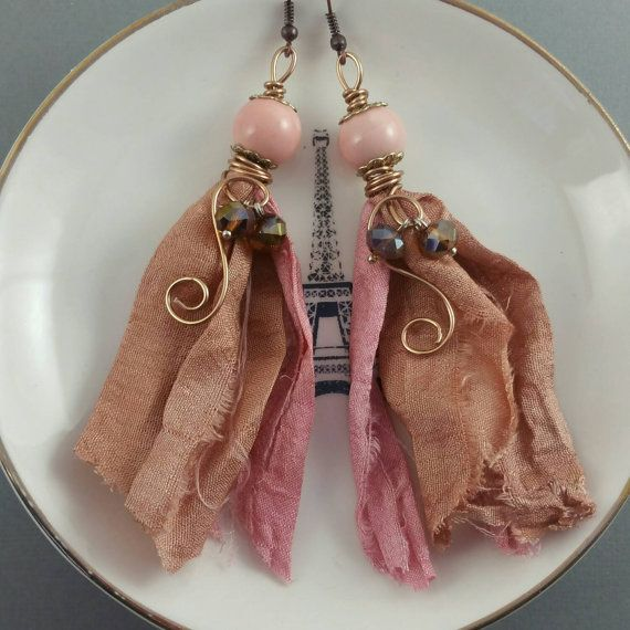 Orecchini di tassle nastro di seta sari rosa di BeadOnAWireLuv