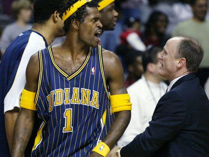 'Indiana Pacers Stephen Jackson (1) é escoltado para fora