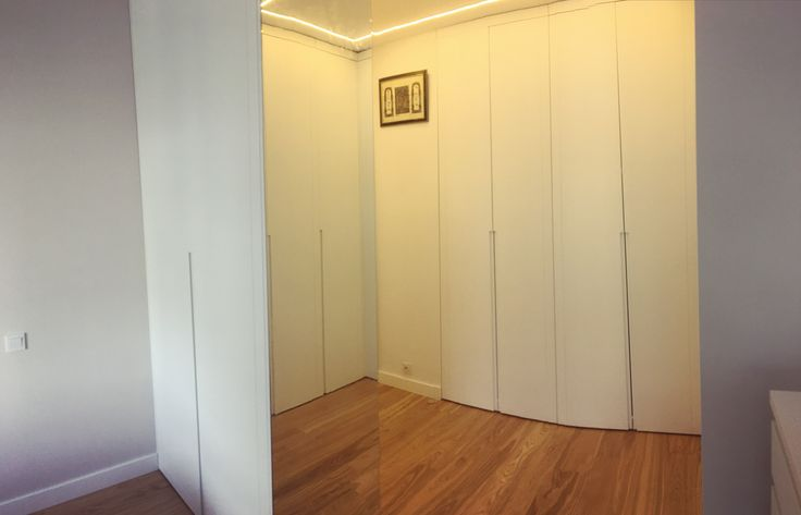 szafa narożna z frezowanymi uchwytami pełniąca funkcje ściany do której przymocowane jest lustro #szafa #szafy #zabudowa #wardrobe #shelf #lustro #mirror #decor #design #white #dom #home #nowemieszkanie #mjakmieszkanie #homesweethome #instasize #meble #furniture #nawymiar #remont #stolarz #warszawa #warsaw #poland