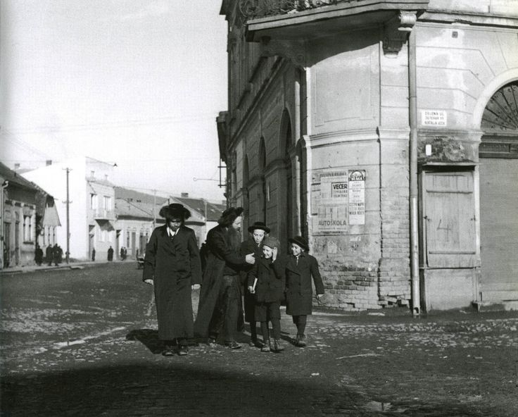 Roman Vishniac's Vanished World –  Jews in cities and shtetlach of Eastern Europe 1935—1939
