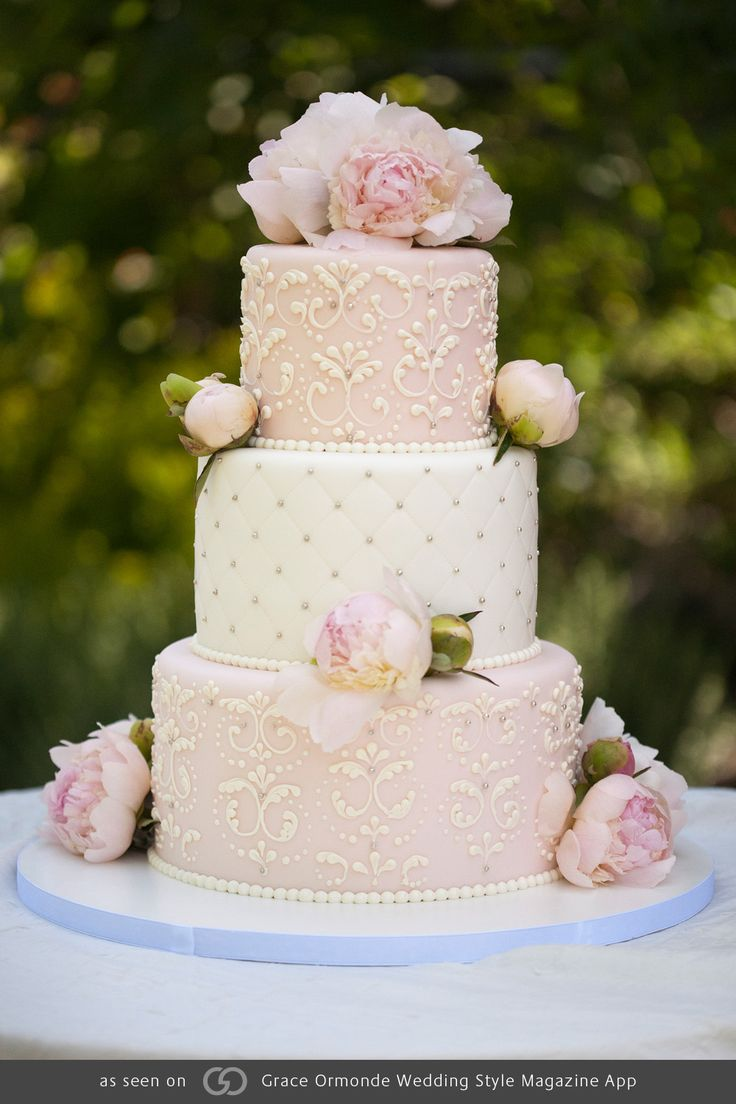 Pink and white fondant overlay with Victorian scroll fleur-de-lis piping and quilted impression detail with silver dragées @grace_ormande @wedding_style