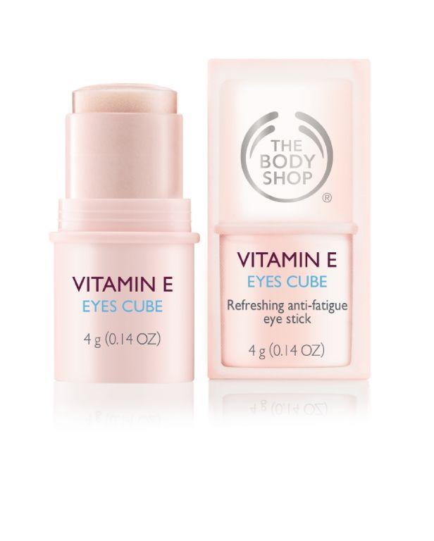 Nowość! Chłodzący sztyft Eyes Cube z serii Vitamin E odświeża i odżywia okolicę oczu oraz niweluje efekty zmęczenia. Chłodzący masaż pomaga zminimalizować cienie pod oczami. Produkt jest bardzo delikatny dla okolic oczu i ma nielepiącą się formułę.