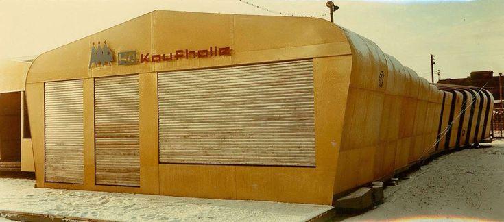 … als Kaufhallen genutzt. Noch sind die Rolläden geschlossen, … Foto: Klaus Both