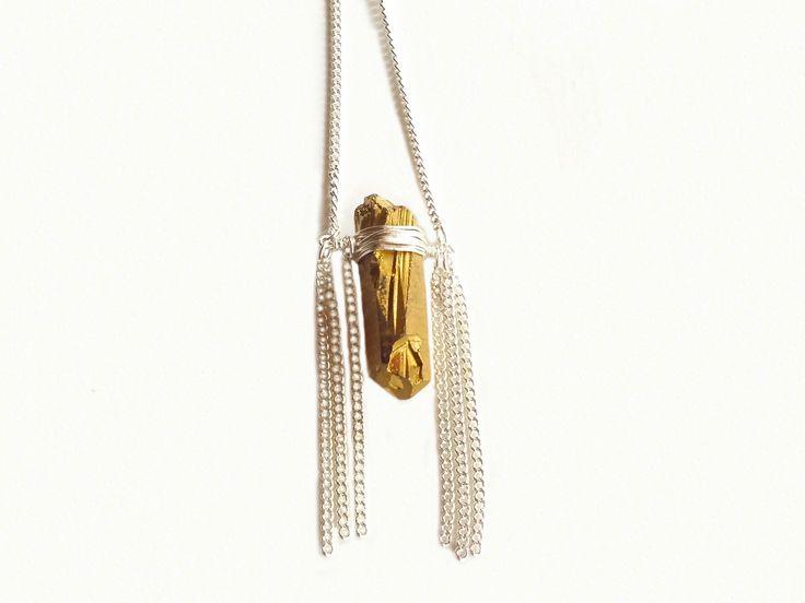 Collier Cristal de Quartz brut Or métallisé serti Argent 925, frangé de chaînes en Étain.Collier «La dame du lac» By Joëlle : Collier par by-joelle