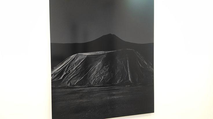 """""""Hill"""", (serie ''Underland"""") Johann Ryno de Wet en """"El mapa y el territorio"""" #Exposición #CámaraOscura #Madrid #Arte #ArteContemporáneo #ContemporaryArt #Arterecord 2017 https://twitter.com/arterecord"""
