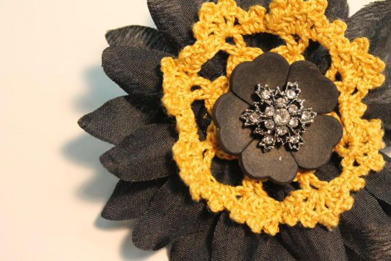Check out this item in my Etsy shop https://www.etsy.com/no-en/listing/501679230/flower-crochet-pin-brooch-with-crystal