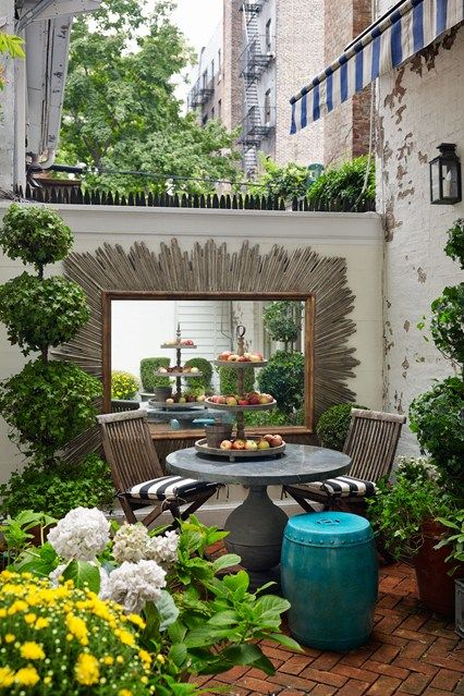 Here is an urban Mini Manhattan garden. Even in small city spaces you can have a delightful garden! #nycfitnessfamilyfinds.net