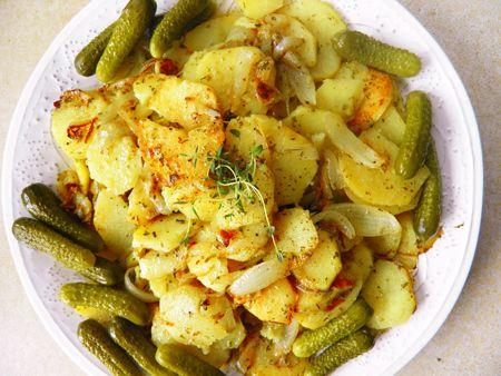 Toți iubim cartofii prăjiți, chiar și cei care consideră această mâncare nu chiar sănătoasă....  Însă, poate din când în când se merită să ne alintăm cu cartofi crocanți, prăjiții și rumeori?  Sunt câteva reguli care vă vor ajuta să gătiți cartofii prăjiți ideali:       După ce cartofii se curăță și se taie, se lasă în apă rece. Apa trebuie să fie rece pentru ca amidonul să iasă din cartof.   #cartofi prăjiți #reguli #sfatu