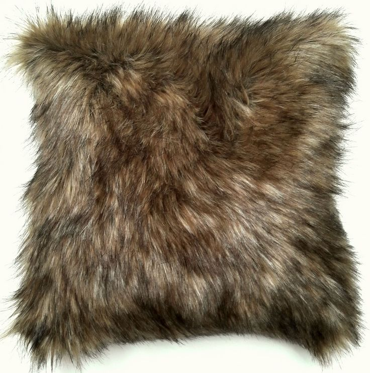 Almohadon de piel de oso pardo sintetico y pana sintetica. Relleno de vellon siliconado. Funda desmontable con cierre y lavable. Medida 50cm x 50cm