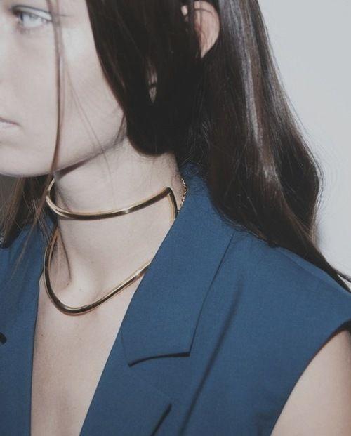 Marios Schwab SS15, ph. Philip Trengove / runway / gold accessories / minimalist jewelry / necklace / metals / metallic