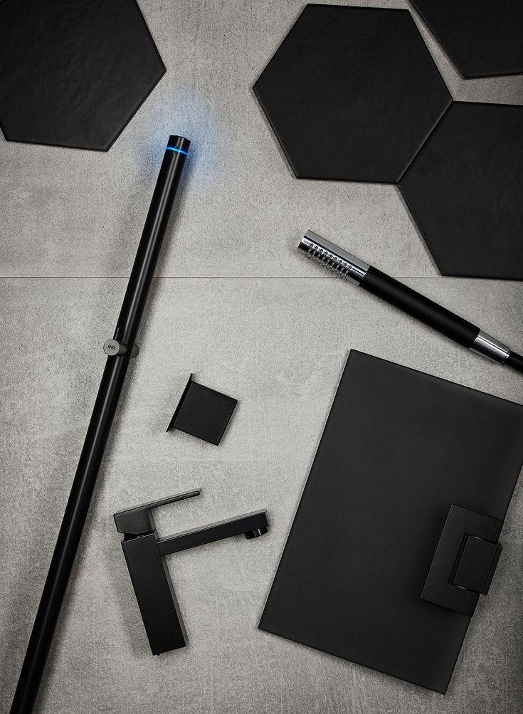 Svarta element i badrummet skapar stilpoäng. LINE handdukstork matt svart, STRICT tvättställsblandare i svart, MIST stavhanddusch i matt svart/krom, duschglas dark frost.