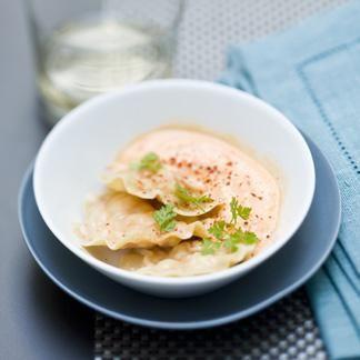 Recette de Cyril LignacDécortiquer les langoustines, jeter les têtes, réserver les corps au frais et utiliser les pinces pour la sauce.