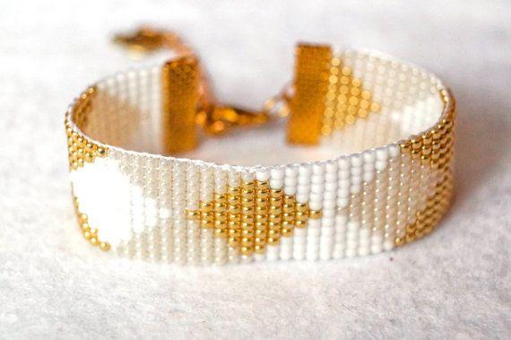 Items similar to Perle bracelet de métier à tisser, damiers, bracelet de Perles verre tchèque argyle pattern, blanc, or, brassard large charme apple bracelet, doré on Etsy