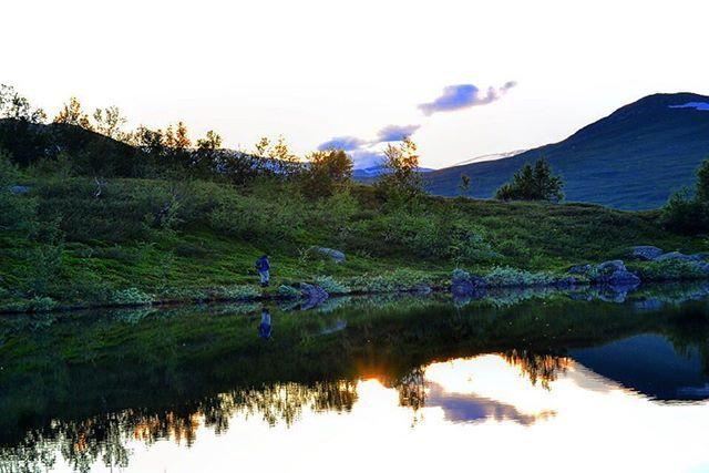 """Gått helt tom for ord😉, så da får e heller siter Villmarkens store sønn  Lars Monsen #ingenoveringenvedsiden 🙏🏼 """"Endelig aleine! Aleine med den ville fjellheimen, aleine med det forlokkende Børgefjellet! Verker etter å svinge fiskestanga, fyre bål og høre rypa skvatre."""" ... Fun fact;  på sin Norge på langs tur på 90 tallet  slo Monsen &Co seg ned ved Susendal skole ved foten av Børgefjell, ei ukes tid. Den gangen va han ikke mye omtalt og kjent.  Vi unga på skolen var helt i hundre, men…"""