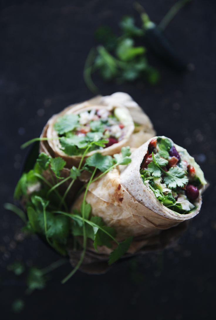 Ja, det blir väldigt wrapsigt nu. För efter mina persiska hummuswraps passar jag på att också slänga in ett mexikanskt wrap i form av burritos fyllda med bönor, salsa, krispig vitkål, avokado...