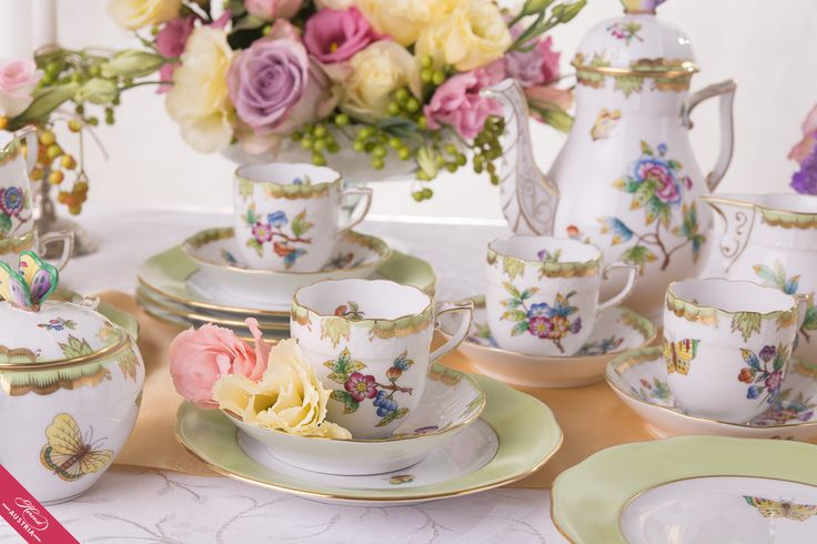 The Original Old VICTORIA which was first produced in 1851, is Possible to Order under the name VICTORIA. This Origin Pattern motifs are Bigger, more Colourful and Cheerful then the Victoria avec Bord en Or (VBO).