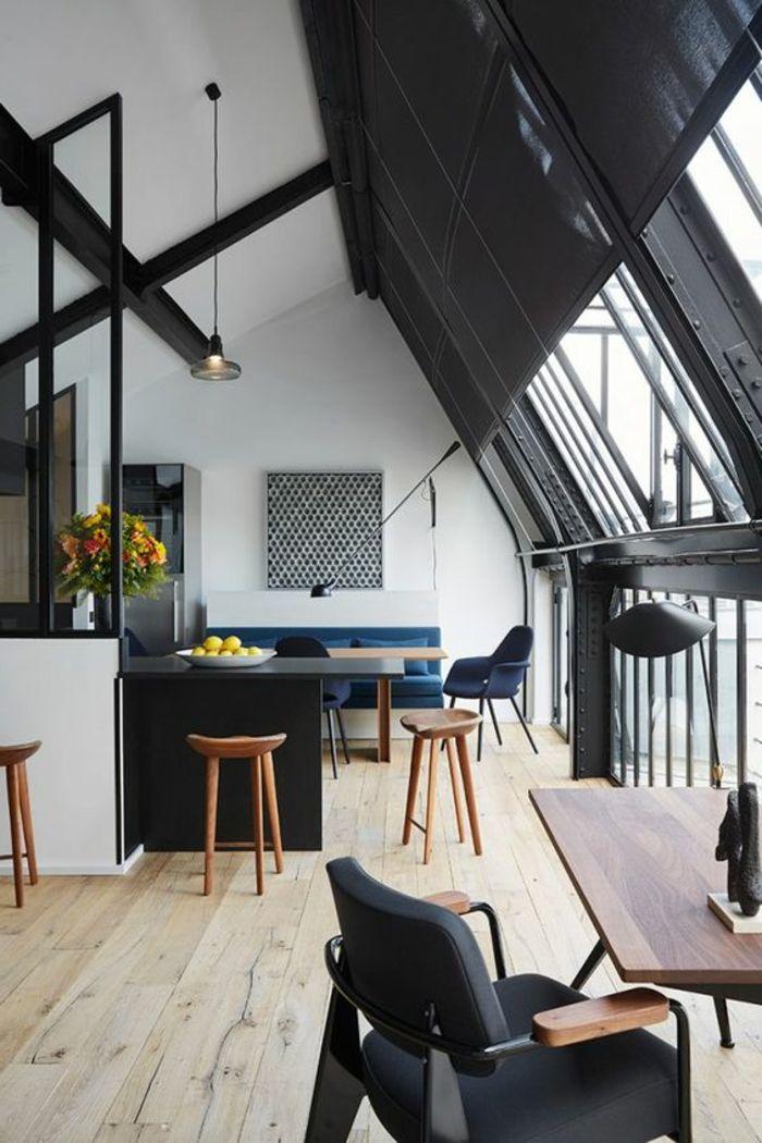 casas-minimalistas-tonos-fríos-negro-y-blanco-sofá-azul-techo-inclinado-ventanas-francesas