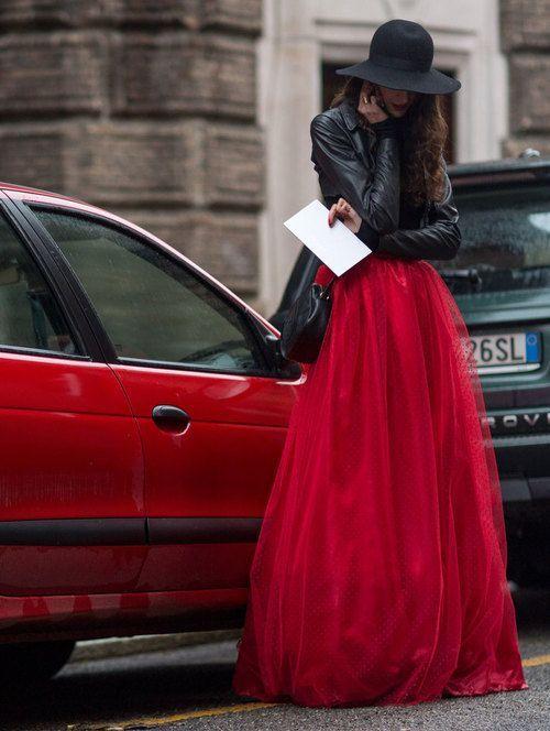 девушка в алой юбке и черной кожаной куртке