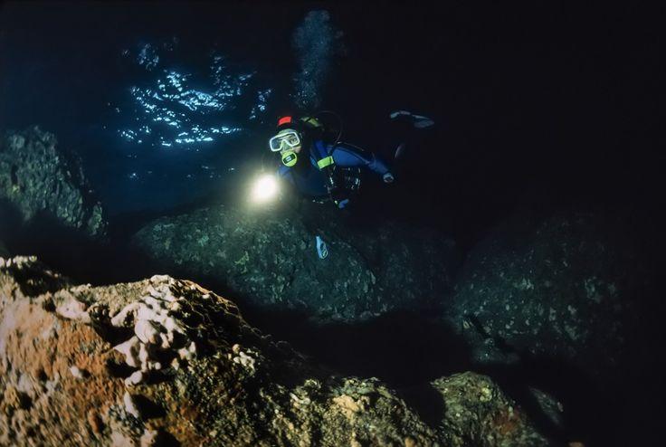 Menjelajah dasar goa yang terisolasi dari kehidupan dunia luar memang sangat mengerikan dan terbilang sebuah kegiatan yang ekstrim. Tapi apa jadinya jika menjelajah jauh kedalam perut bumi sekaligus melakukan diving di perairan terdalam? Ekstrimnya berlipat ganda bro! Petualangan yang disebut sebagai sebuah ekspedisi cave diving ini dilakukan oleh sekelompok turis asal Australia yang menamakan diri …