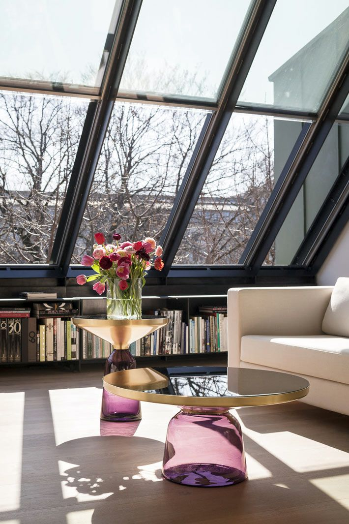Большие мансардные окна с черными рамами в интерьере квартиры