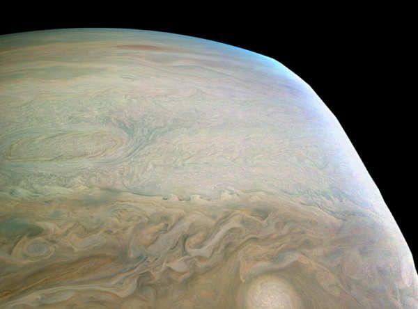 El planeta más grande del Sistema Solar y pese a ello no conocemos mucho sobre Júpiter, pero esto cambió gracias a los datos e imágenes recopilados por una nave que por primera vez exploró su órbita.La sonda espacial Juno acaba de terminar su último sobrevuelo orbitando Júpiter y desde la NASA compartieron impresionantes fotografías además de nuevas informaciones sobre este planeta gaseoso.Júpiter como nunca antes lo vistehttp://static.vix.com/es/sites/default/f...