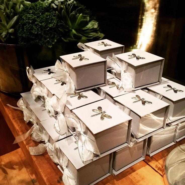 {Details to remember} Essas foram as mini box com pingente de libelula que fizemos para o casamento da querida @pauladrumond ! Além da decoraçao impecavel, doces maravilhosos, na saída, os convidados receberam as mini box com os delicados lace cakes da @leclantepatisserie !!! As libélulas que foram desenhadas para os cartões sociais das madrinhas viraram molde para pingente das mini box. ❤️❤️❤️ #craftatelier #casamentobrunoepaulinha #lembrançadocasamento