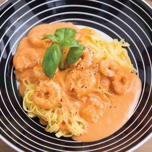 Pasta met scampi's en Boursinsaus ngrediënten: 600 g Spar verse tagliatelle, 1 teentje look, 500 g gepelde en ontdarmde scampi's, 100 g tomatenconcentraat , 1 potje Boursin cuisine (245 gr), scheutje Boni olijfolie, 4 dl Boni culinaire room, verse basilicum, 4 eetlepels rode Martini, nootmuskaat Bereidingswijze: