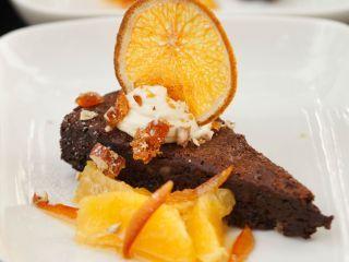 Torta de chocolate, naranjas y nueces pecan
