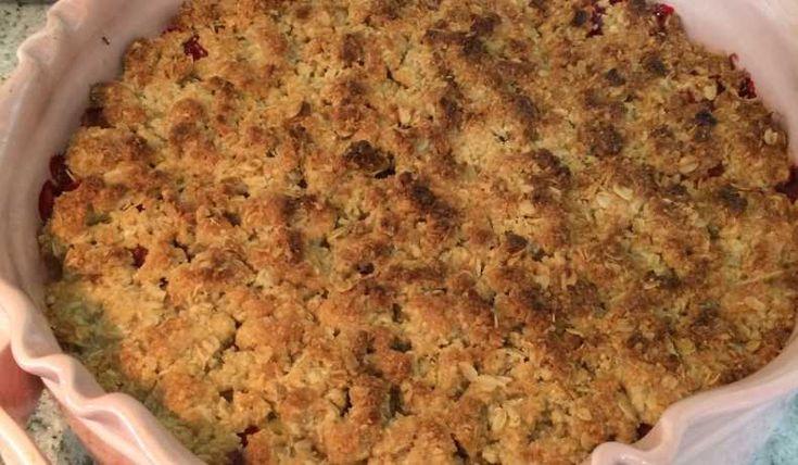 Världens godaste smulpaj!! Jag bakar den på mandelmjöl och rörsocker men om man vill kan man byta ut hela eller delar av mängden mot vetemjöl och strösocker.
