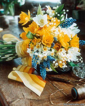 Sposata!: Desconstruindo o buquê (1) - Amarelo e azul: Lírios do campo ou Lírios do brejo; Jacinto-uva; Narcisos brancos e amarelos, Ranúnculos