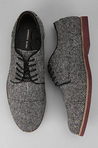 Zapatos con personalidad. Acabado en textil en blanco y negro. Repineado por www.regalos-up.com