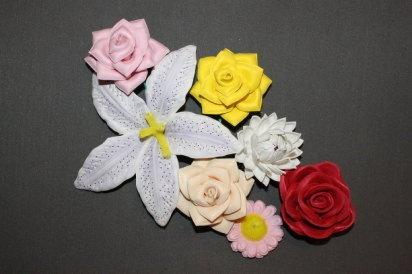 como hacer flores de tela Con retales y cintas de tela podemos ...