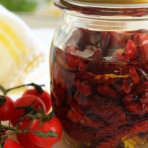 Saiba como fazer tomates secos em conserva para incrementar as suas receitas de pastas e saladas.