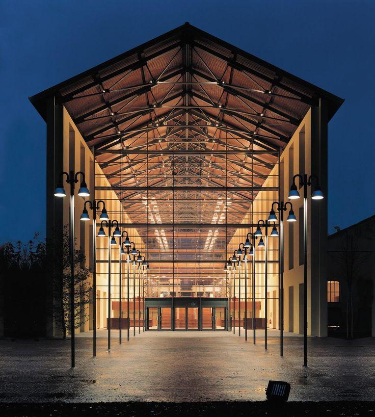 Auditorium Paganini   Renzo Piano  Italia, año 2001.  El auditorio se construyó en el interior de una antigua fábrica de azúcar.  Grandes muros acristalados asegurando luz y vista a todo el edificio. Un sistema de paneles cubiertos de aislante acústico colgados de las vigas completa la organización espacial del interior.