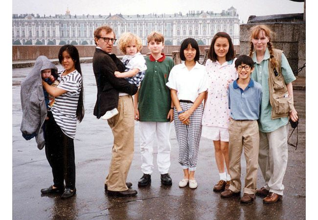 Слева-направо: Ронан Фэрроу, у нее на руках Ларк Превин, Вуди Аллен держит на руках Дилан Фэрроу, Флетчер Превин,          Дэйзи Превин, Сун-И Превин, Мозес Фэрроу и Миа Ферроу в Ленинграде, 1987г.