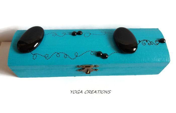 """Boite a bijoux """"plumier"""" bleue en bois avec galets et perles de pluie noires : Presentoir, boîtes par yogacreations"""