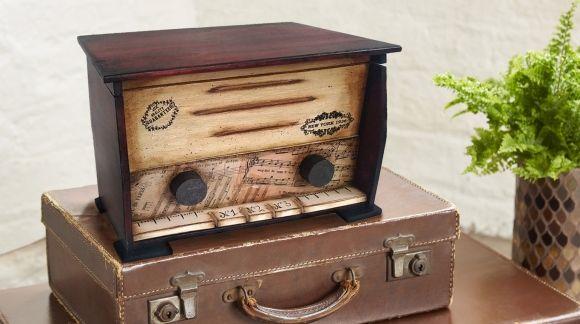 CADENCE, la marca que está de moda trae nuevos osportes de madera como esta caja radio vintage para decorar con sus pinturas y pátinas!Distribuido por #ArtesaniasMontejo