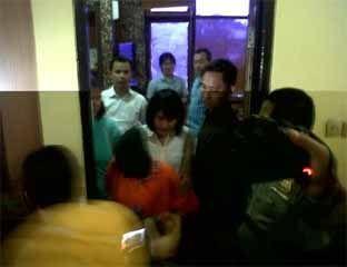 PEKANBARU - Selama masa pelariannya, hingga akhirnya tertangkap, Senin (18/8/2014),Yulia alias Dona, pelaku penculikan dan pembunuhan bayi Jeanette tinggal berpindah-pindah. Sempat pemilik toko merasa curiga akan gerak-gerik tersangka, selama ia bekerja ditoko tersebut. - See more at: http://www.halloriau.com/read-hukrim-51173-2014-08-18-pembunuh-bayi-jeanette-sempat-berpindahpindah.html#sthash.JogjDskB.dpuf