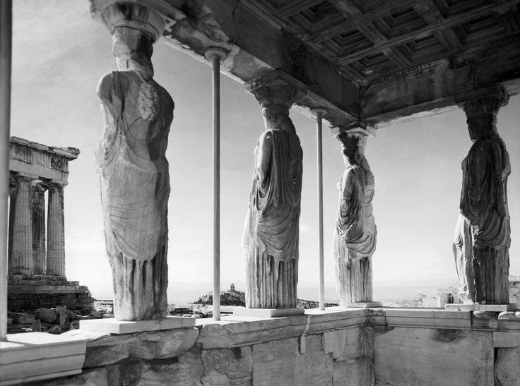 Caryatids-Οι Καρυάτιδες. Ερέχθειον, Ιερός Βράχος Ακροπόλεως. Αθήνα, Νοέμβριος-Δεκέμβριος 1946. Φωτογράφος: Werner Bischof [γεν. 26.04.1916 – † 16.05.1954] Δράση στην Ελλάδα: 1946